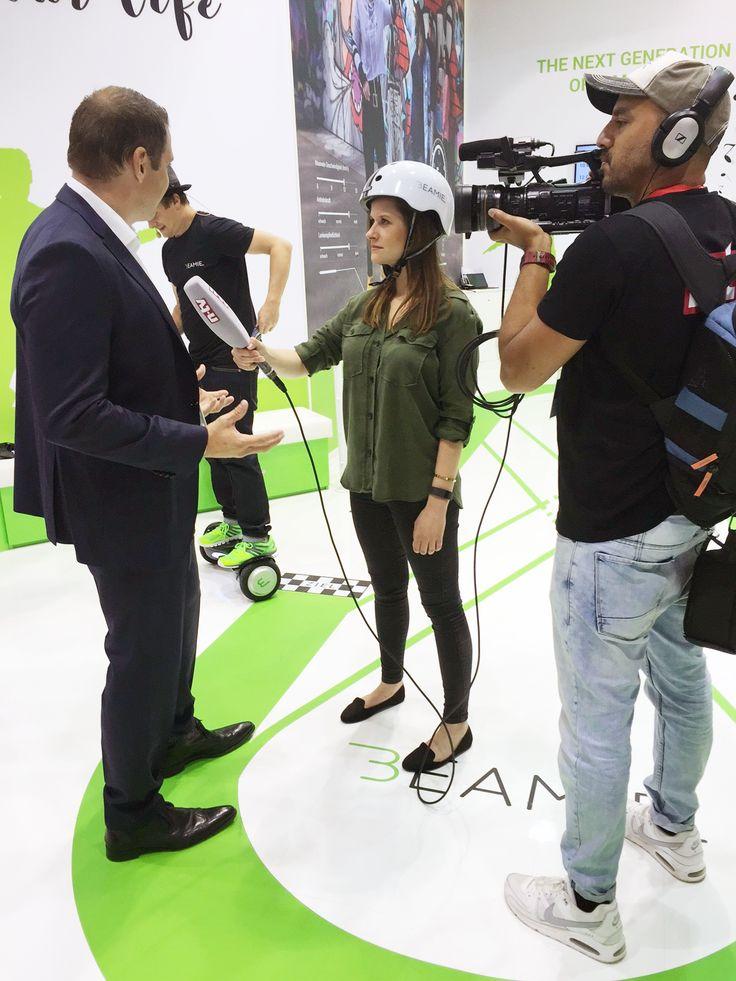 Auch vor der n-tv Kamera macht das Beamie Hoverboard eine gute Figur, während wir uns den Fragen von Helena Schmidt von n-tv gestellt haben.