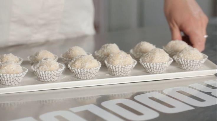 Palline al cocco e mascarpone: golosissime e semplice da realizzare seguendo la nostra video ricetta, servono soltano cocco grattugiato, mascarpone e wafer.