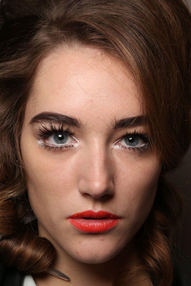Wir zeigen dir in 8 Schritten, wie du Schlupflider am besten kaschierst und deine Augen mit Make-up optisch vergrößerst!