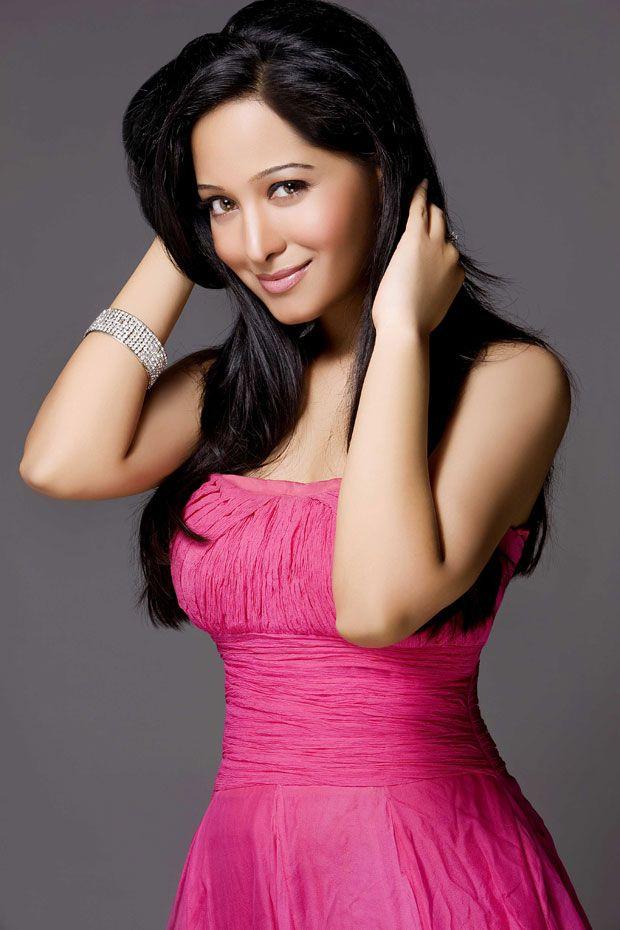 Preetika Rao hot in pink dress