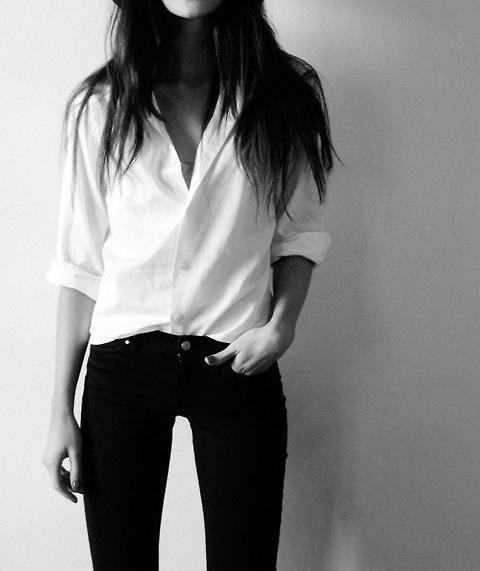 ...la chemise blanch...noir...chevelure...parfait :)