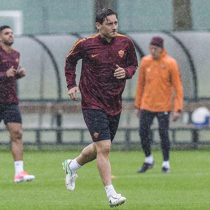 ⛈ *** Follow @officialasroma on Instagram *** #Totti #ASRoma #Roma #Capitano #KingOfRome #Legend #training #rain #workout #allenamento #football #calcio #seriea #serieatim #nofilter #photo #picture
