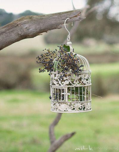 A gaiola decorativa, combinada com flores pequenas e delicadas do campo, ficou perfeita para um casamento boho!