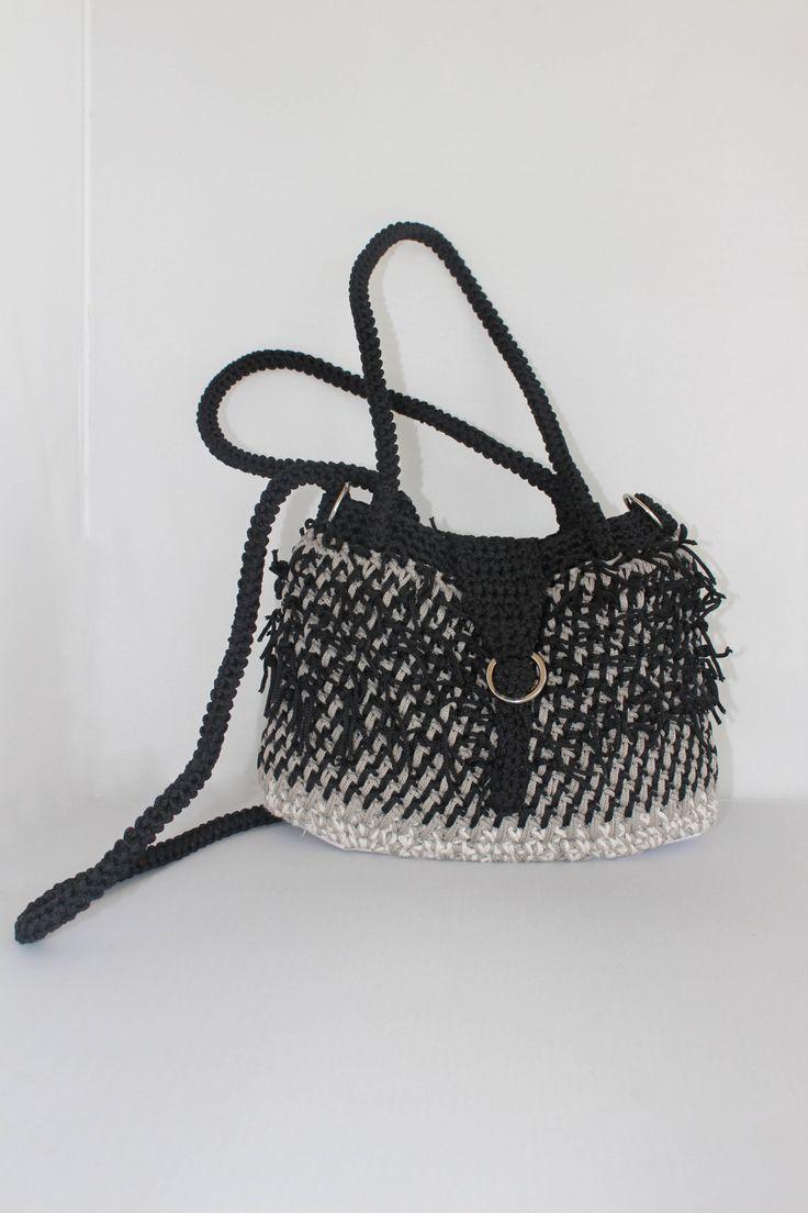 Si chiama Ciuffo, la borsetta fatta a mano all'uncinetto, con un cordoncino ritorto grigio e nero e tanti ciuffetti di filo di patrizianave su Etsy