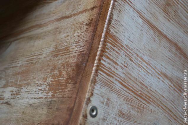 Д 1001-й  способ испортить икеевский комод -  Дальше берём довольно грубую наждачку, лучше обернуть ею деревянный брусок , если вы не являетесь счастливым обладателем шлифмашинки,  и проходимся по боковушкам, крышке и краям фасадов. После этого втираем по всей поверхности комода коричневую топлпзурь с помощью поролоновой губки или х/б тряпочки, уделяя особое внимание углам фасадов и стыкам боковин с крышкой.