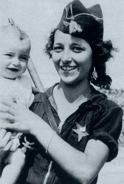 Miliciana Republicana con su hijo. Guerra civil española/ Republican militia member with her son. Spanish Civil War
