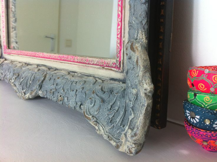 Repainted Furniture: While waiting for My Paint to Arrive I Grabbed the Mirror from the Wall and Used My last Bits of Cream, Greyish, Black and Very-Very-Pink. Now I like It Even Better :)  Chalk Paint,  By Caroline Sonneveldt See for more pictures: www.carolinesonneveldt.com Kanlroze - roze - spiegel - krijtverf - grijs - room
