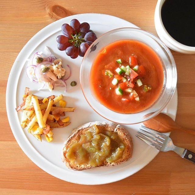 keiyamazaki on Instagram pinned by myThings Today's breakfast. 今朝はガスパチョがメイン。しっかりトマト味の冷たいスープ、やっぱり夏の朝にぴったり。作るの楽だし。生のトマトもこういうスープも大好きなのに、なぜかトマトジュースは少し苦手…。ジャムは梅酒の梅を使った梅ジャム。