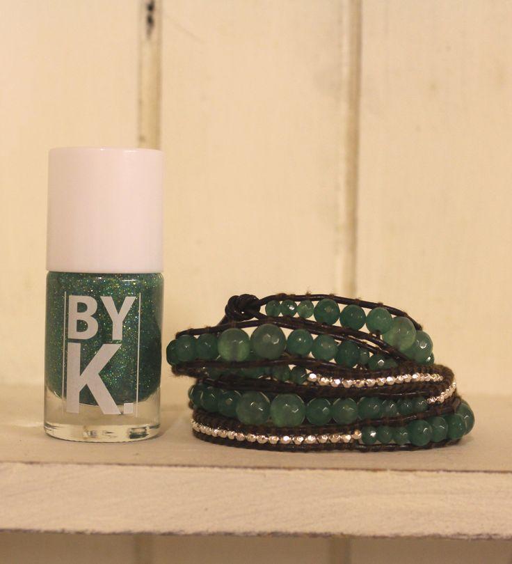 GLIMMERONSDAG GOES GREEN hos Tankestrejf i dag med den grønne glimmerneglelak fra ByK og læder wrap armbåndet med grønne jade sten.  http://www.tankestrejf.dk/wrap-bracelet-aventurine-silver.html og http://www.tankestrejf.dk/byk-imperial-neglelak.html