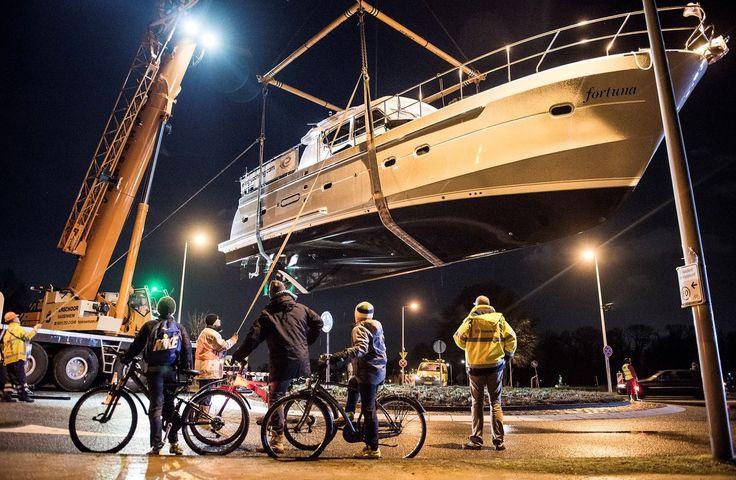Sinds vannacht ligt een jacht van 15 meter voor de deur van ABN Amro op de Zuidas in Amsterdam. Symbolisch? Nogal. Het jacht – met de vast niet toevallige naam Fortuna – is een kunstwerk van Leonard van Munster. Het ligt daar de komende weken gekapseisd, als een schip dat niet meer verder kan. Of