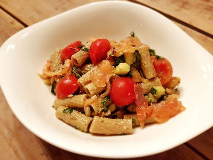 Pasta met groene pesto, champignons, courgette, cherrytomaatjes, rucola en gerookte zalm. Een snel en simpel gerecht, uit te breiden naar smaak.