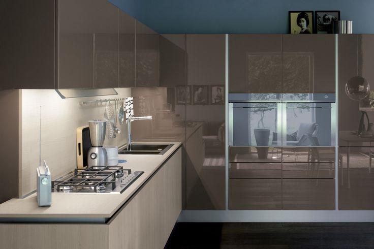 """OYSTER DECORATIVO - Una cucina che affronta il tema dell'essenzialità offrendo una nuova risposta alla domanda di funzionalità. L'anta rigorosamente piana, il gusto attualissimo delle essenze, i brillanti riflessi di modernità dei laccati lucidi, l'avveniristica eleganza dei laccati opachi e la struttura Shell System, evoluzione dei sistemi costruttivi """"a conchiglia"""", sono i suoi aspetti distintivi. http://www.venetacucine.com/ita/cucine/essence/oyster.php"""