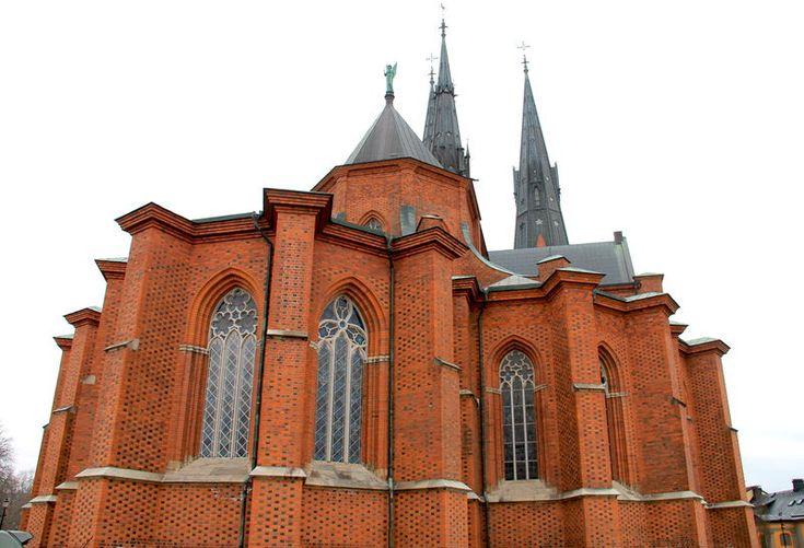 Widok z boku na Katedrę w Uppsali