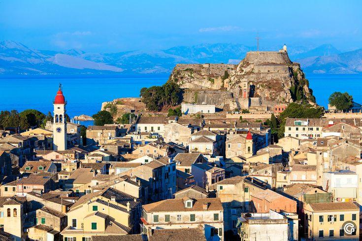 Krf je ostrvo beskrajnih prirodnih lepota, ostrvo pesme i muzike, umetničke inspiracije, kombinacija kosmopolitskog i tradicionalnog. Krf ima fantastične plaže i predivne vidike i nalazi se na zapadu Grčke i najsevernije je ostrvo u Jonskom moru. #travelboutique #Corfu #Krf #putovanje #letovanje #odmor