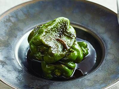 丸ごとピーマンの焼きびたし   ピーマンをヘラで押さえながら焼くと、均一に火が通ります。じっくり焼いて甘みが増した種も美味!
