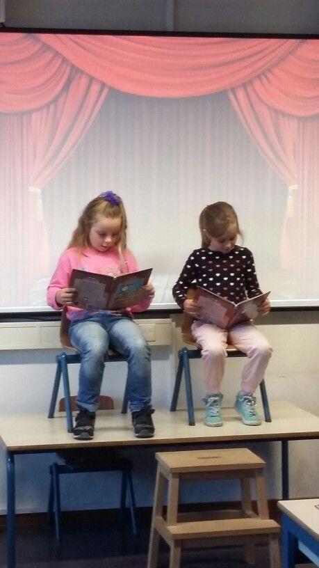 Theaterlezen in de klas. Het lezen van dialogen. Door het herhaald lezen bij de voorbereiding ondersteunt dit vooral de zwakke lezers bij het technisch lezen.