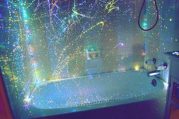 ブラックライトで光るシャワーカーテン。お風呂でまるでSF体験。