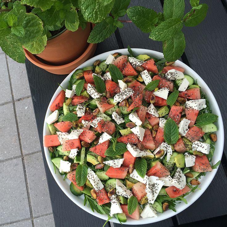 Denne lækre vandmelonsalat er med bl.a. avocado, feta, ristede pistacienødder, chiafrø og frisk mynte. Passer perfekt til alt slags grillet kød.