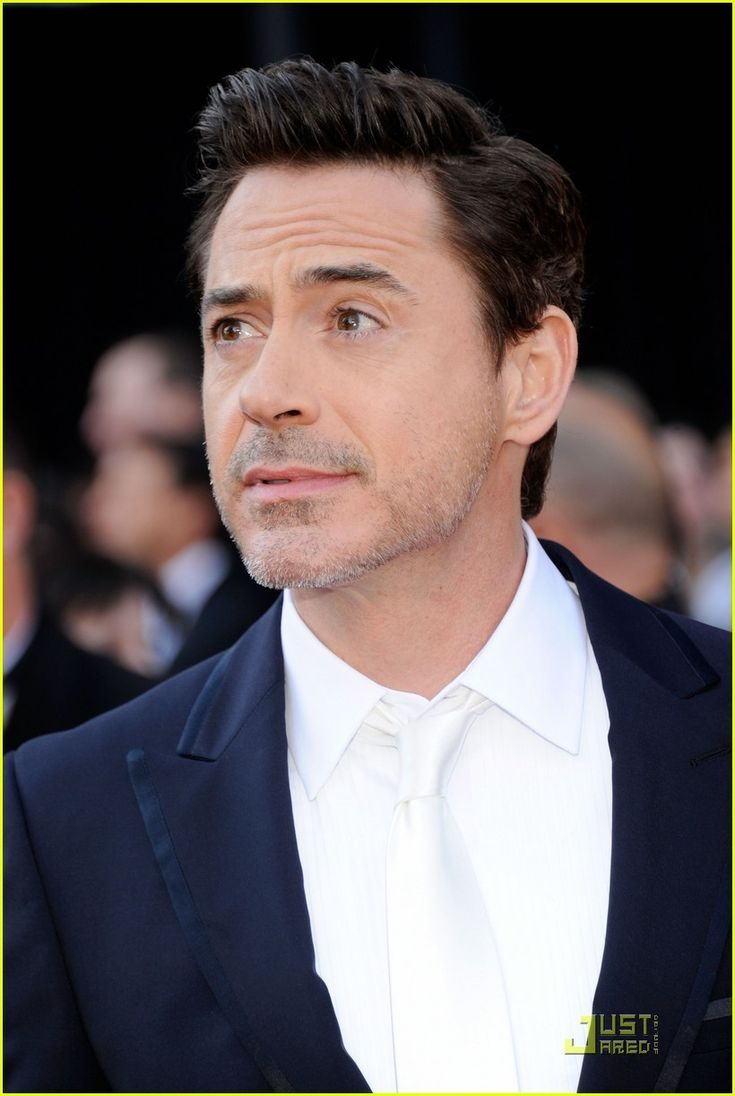 ✌️Robert Downey Jr. gets silly and serious while walking the red carpet at the 2011 Oscars held at the Kodak Theater on Sunday (February 27) in Los Angeles. ✌️  Crediti : Just Jared   Passate dal nostro gruppo : https://www.facebook.com/groups/907125109438778/  -Stark-