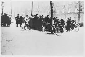 in Nederland werd tegen de Duitsers gestaakt omdat ze het niet goed vonden dat de Duitsers de joden dingen ontnamen. de stakers werden opgepakt.