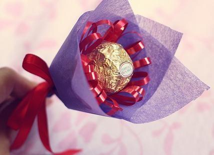 Geschenke zum Muttertag selber basteln - Blumenstrauß aus Süßigkeiten