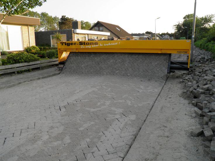 Tiger Stone. maquina capaz de pavimentar una calle al mismo tiempo que fabrica la capa de ladrillos que la cubriran