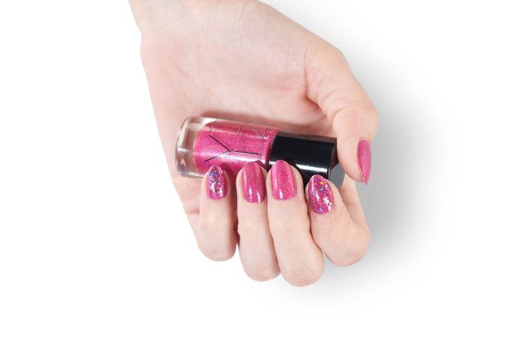 ZILA FLASH 115 Raqu - różowy, pastelowy kolor rozświetlony holograficznym pyłkiem. Zapewnia pełne krycie. Lakier jest częścią kolekcji ZILA FLASH. Lakier nie zawiera formaldehydu, toluenu ani DBP.