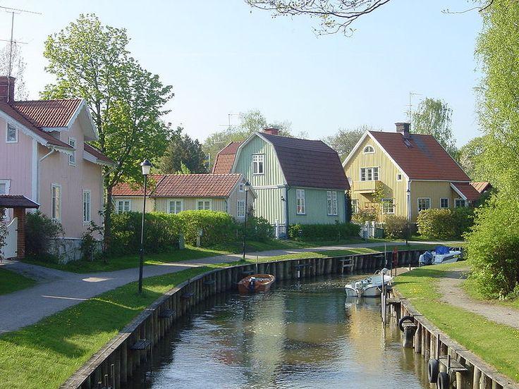 No detalhe o rio Trosaån que atravessa a bela e colorida cidade de Trosa (Södermanland, Suécia).