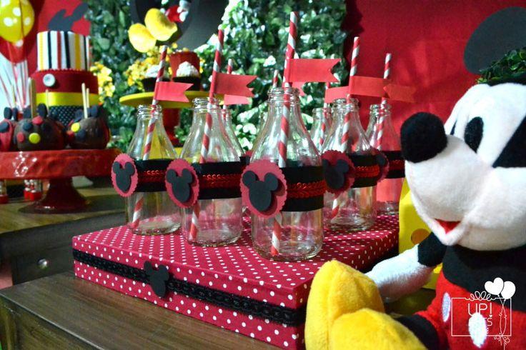 Aluguel decoração Mickey Rústico:  1 painel de tecido e muro Inglês com iluminação e nicho de led e iluminação do chão  20 balões de gás hélio  4 mesas rústicas  5 Porta doces de porcelana  3 caixas encapadas de tecido  4 pelúcias do Mickey  3 maletinhas  1 banquinho amarelo de madeira  1 botinha...