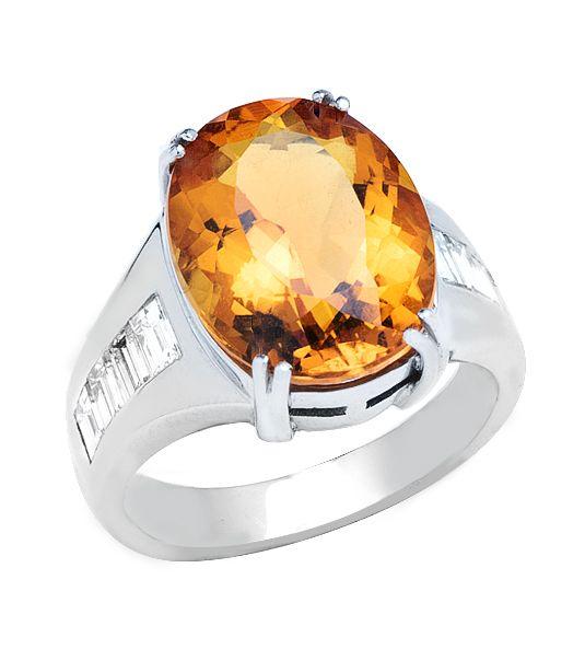 La sortija Modelo DOHA es una increíble joya que incorpora una turmalina de intenso color naranja en una elegante combinación de brillo y belleza junto los mejores diamantes baguette, creando una joya de alta calidad y, sobre todo, muy original.