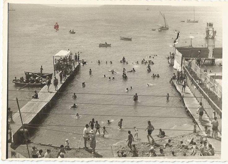 Burası neresi mi?  1971'de BOSTANCI...  Meşhuuur, Yumurcak plajı:-))  (Şimdiki Günaydın restoranın orası...) -- Fotoğraflardan biri plajın şimdiki Kasaplar Çarşısı tarafındaki halini gösteriyor. --