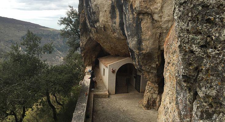 CINGOLI - In mezzo ai boschi un percorso di ben 430 gradini per raggiungere l'eremo di Santa Sperandia, patrona della città.