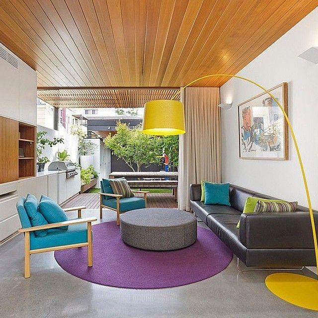 Heminredning med med möbler i många glada färger