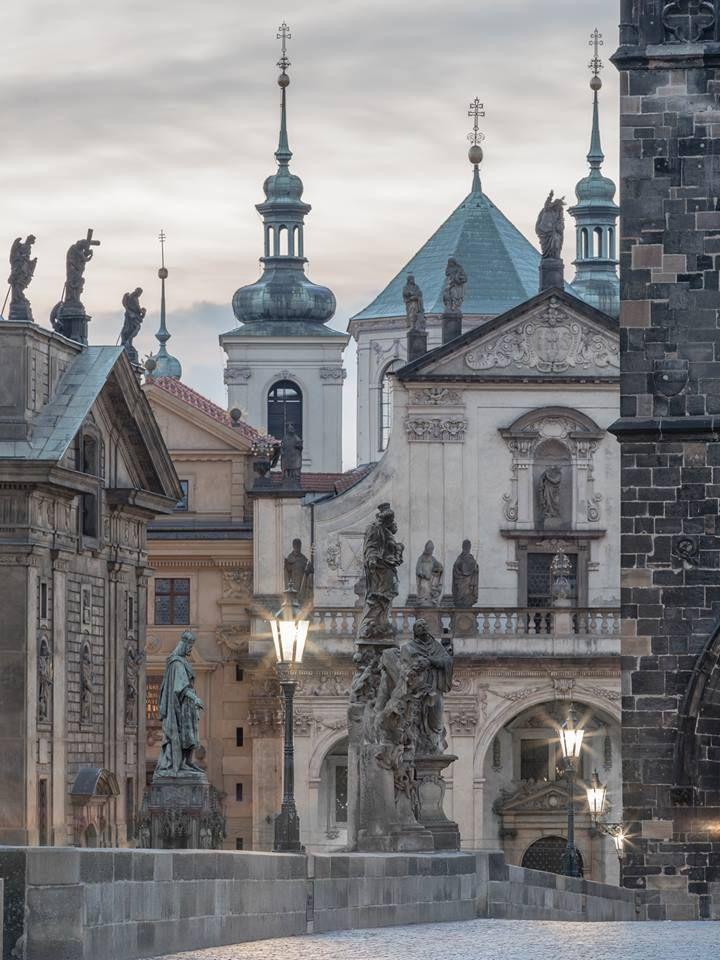 Pražský Fotograf / Jiří Píša Ranní pohled na Křížovnické náměstí z Karlova mostu...