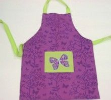 This is the perfect accessory for every girl that loves helping mum in the kitchen. This cute ruffled apron is 100% cotton and is guaranteed to make her cooking more enjoyable.  An ideal gift for any occasion.  Age: 4-8 years