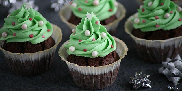Intet mindre end de smukkeste julemuffins! De svampede chokolademuffins toppes med en dejlig smørcreme og pyntes flot.