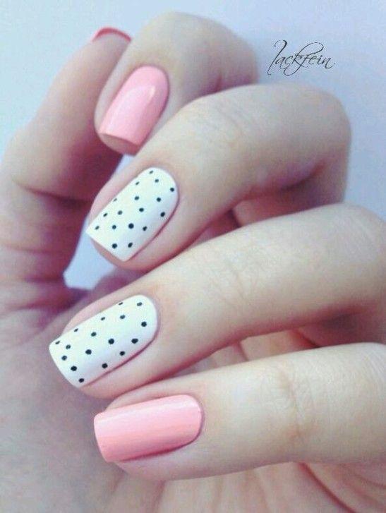Uñas en rosa y blanco con puntos
