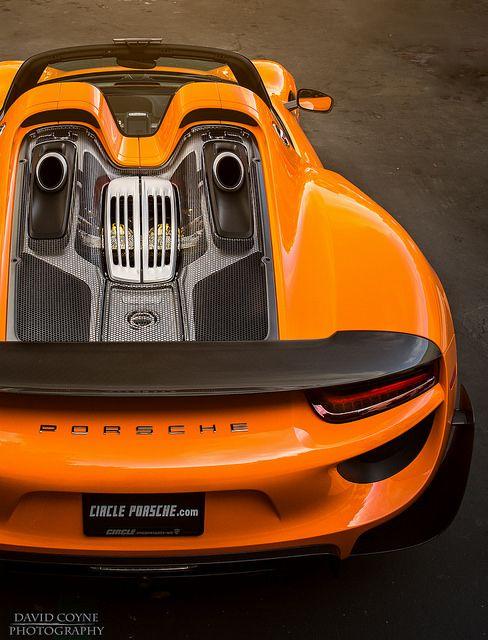 Si vamos a hablar de un deportivo que rosa la perfección, entonces debemos tener en lista el espectacular Porsche 918 Spyder quien ya promete desde su fabrica en Stuttgart Alemania, el sucesor del mismo, un coche que parece sacado de la zaga Need For Speed pero que en realidad anda en las calles que conocemos.
