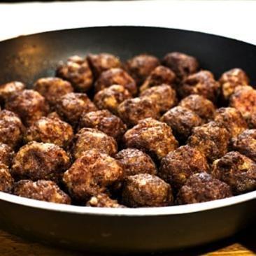 Recept på Hemgjorda köttbullar med potatis och lingonsylt - MatHem