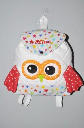 Sac à dos chouette enfant en tissu matelassé blanc personnalisé, parmenture multicolore étoile et pois avec prénom brodé sur le rabat étoile en rouge. 100%coton Dimension: - 15526227