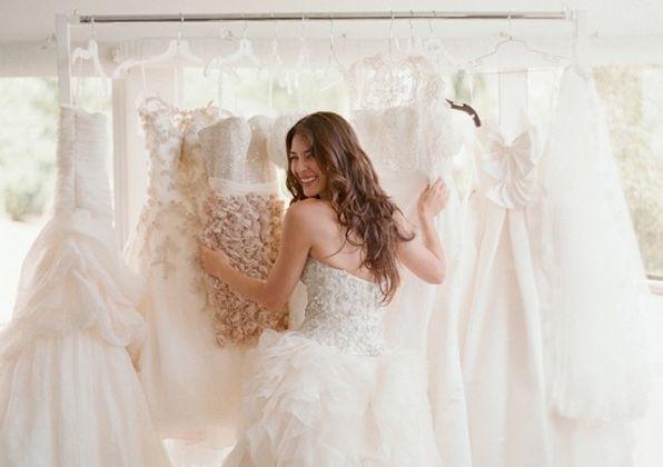 Quelle robe de mariage magnifiera votre silhouette ? - Le choix de votre robe est primordial, d'une part il faut être à l'aise dedans mais également mettre en avant vos atouts afin que vous soyez la reine du jour. Pour celles d'entre vous qui ont une silhouette grande et mince voir taille « mannequin », les robes fourreau et sirène sont faites pou... - http://www.yesidomariage.com/astuces-conseils/quelle-robe-mariage-magnifiera-votre-silhouette/ -