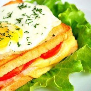 Крок- мадам (бутерброд с ветчиной и сыром)