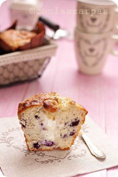 Muffin de arándanos relleno de crema de queso.