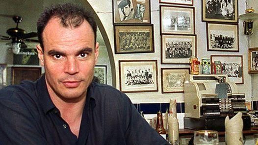Jake Arnott. Escritor inglés nacido en Buckinghamshire en 1961. Dejó la escuela a los 16 años y desempeñó oficios muy diversos, como intérprete de signos, ayudante de la morgue del University College Hospital, asistente de agente teatral e incluso actor, haciendo el papel de momia de reparto en The Mummy (1999).