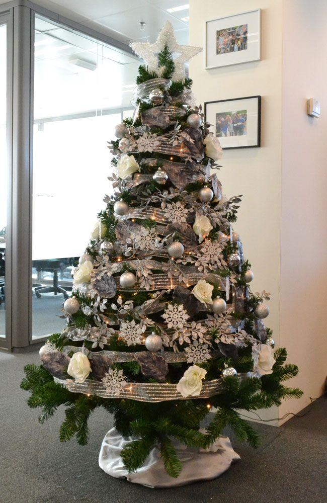 Alquiler árbol de navidad personalizado en plata y blanco en una oficina de Diagonal Mar en Barcelona. http://www.cordestel.es/navidad/personalizamos-un-arbol-de-navidad-en-plata-y-blanco-para-la-sede-central-en-barcelona-de-esta-empresa-multinacional/