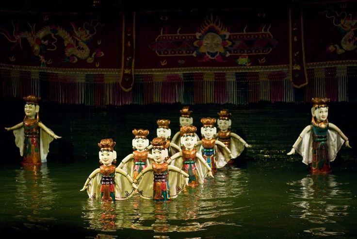 Planeta Fascinante O ESPECTÁCULO DAS MARIONETAS DE ÁGUA VIETNAMITAS  Durante séculos, crianças vietnamitas e adultos foram entretidos por um tipo único de espetáculo de bonecos - um que é realizado em água. Os titiriteros ficam no fundo de uma caixa de água, atrás de um pano de fundo de cortina, e controlam fantoches de madeira através de pólos e cordas escondidos debaixo da água, enquanto os bonecos dançam sobre a superfície da água. Uma orquestra vietnamita tradicional fornece música de…