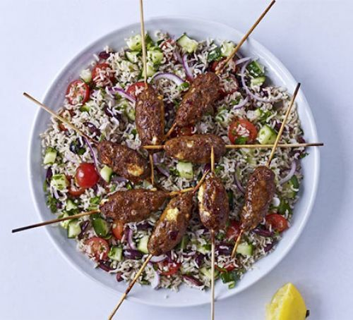 Spicy lamb & feta skewers with Greek brown rice salad (olijven worden zongedroogde tomaat, kipgehakt, evt nootjes)