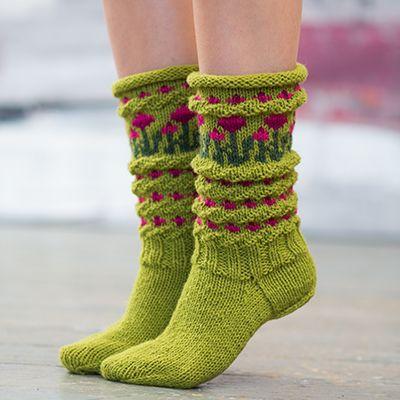 Strikkes i Fjell sokkegarn 3 Oppskrift tildame. Lys olivengrønn 529 Mørkegrønn 510 Mørk cyklamen 524 Dyp rosa 521 Pinneforslag: Strømpepinner…