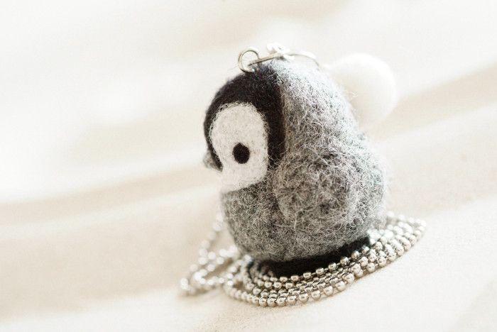 Filzketten - Kette mit süßem Nadel Filz Pinguin Baby - ein Designerstück von cosmofruit bei DaWanda