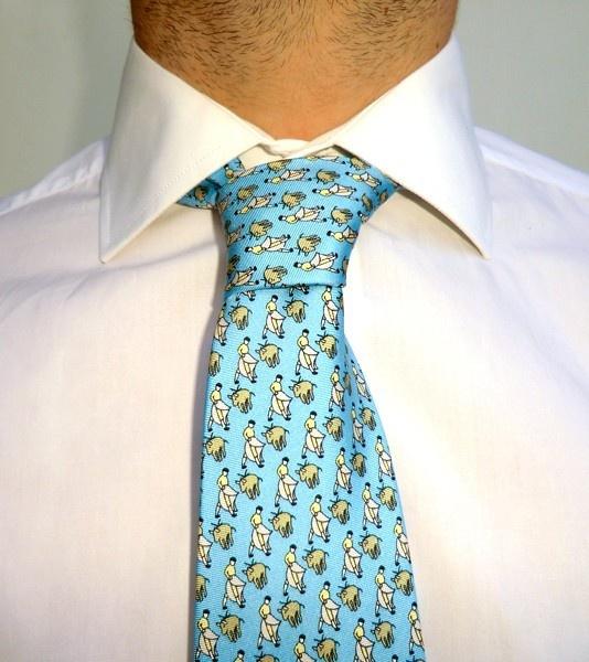 Corbata taurinadel diseñador Gabriel Molinade seda natural y diferentes motivos taurinos: toreros, toros, banderilleros, etc.Regalo perfecto para los aficionados taurinos.